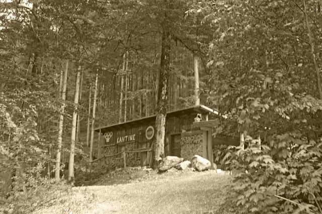 Historische Hütte im Wald, Trachtenhochzeit in den Bergen von Bayern, Riessersee Hotel Garmisch-Partenkirchen, Wedding in Bavaria