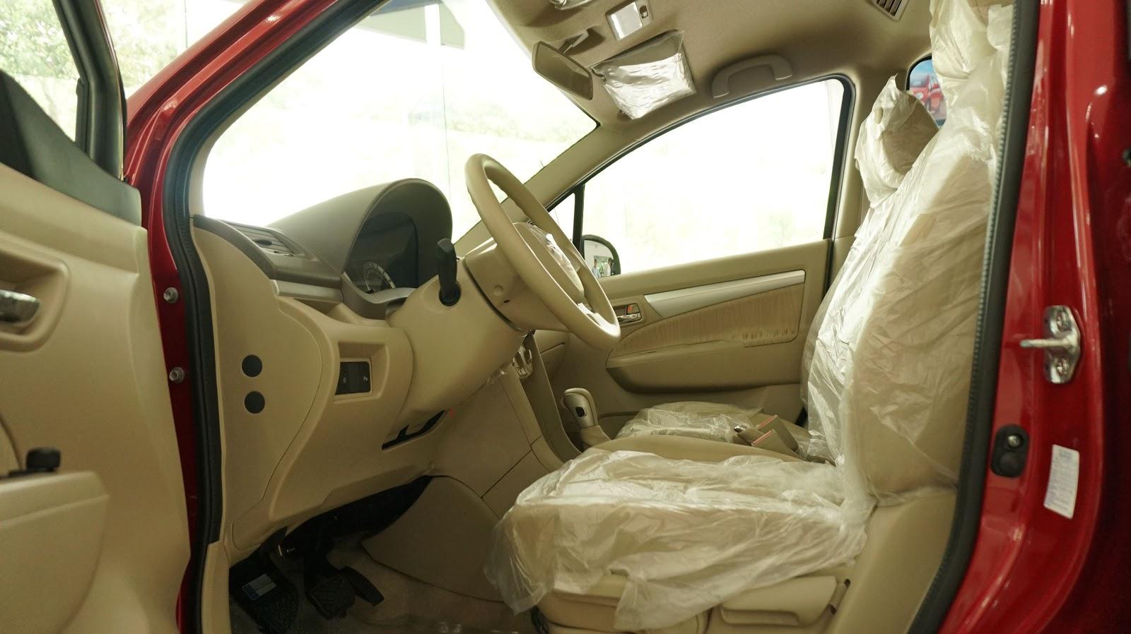 Khoang xe sang trọng, ghế nỉ, thiết kế tinh tế, đơn giản, sáng lạn