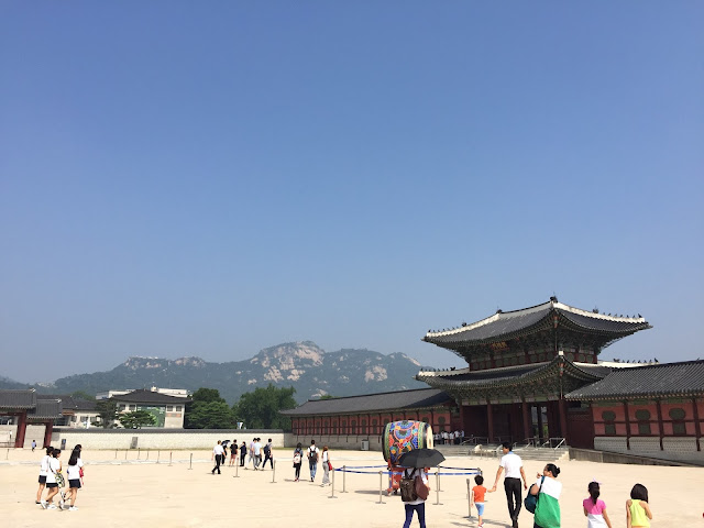 Gyeongbukgong Palace in Seoul is full of colourful buildings set with a backdrop of gorgeous mountains. A great place to visit in Seoul