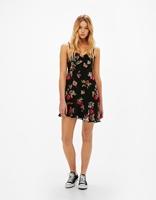 https://www.bershka.com/pl/kobieta/odzie%C5%BC/sukienki/kr%C3%B3tka-sukienka-na-rami%C4%85czkach-w-kwiaty-c1010193213p101109066.html?colorId=800