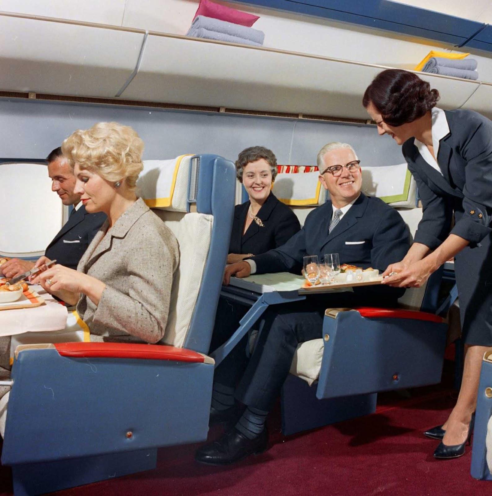Os comissários de bordo tiveram que mostrar uma combinação de aparência de modelo, socialite de maneiras, empregadas, garçonetes e enfermeiras.