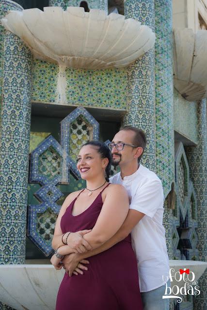 Marta y Paco se abrazan en el pabellón de Marruecos