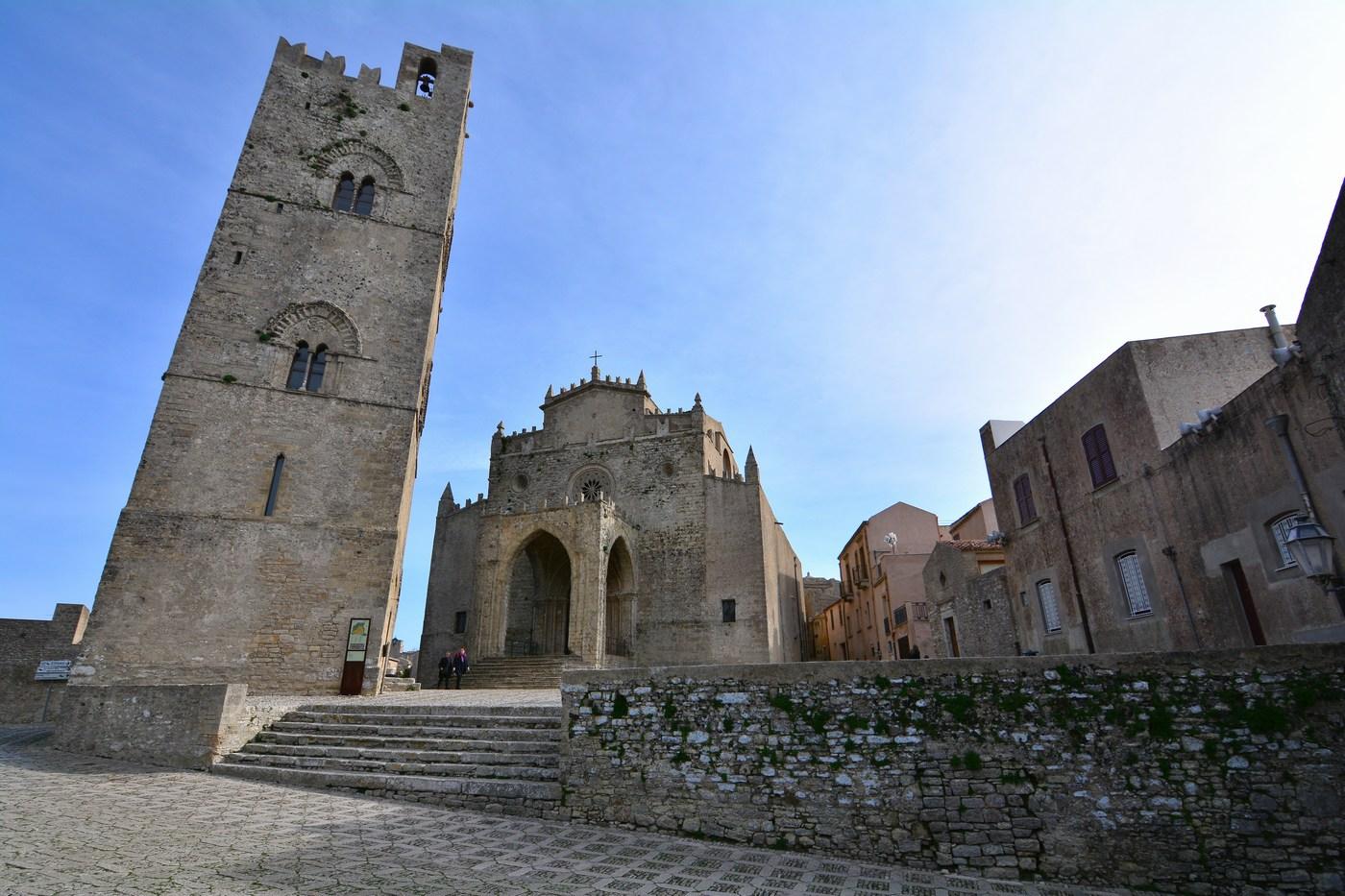 La cathédrale, ou Chiesa matrice, dédiée à Marie, date pour sa partie la plus ancienne du XIVème siècle, avec un style gothique.