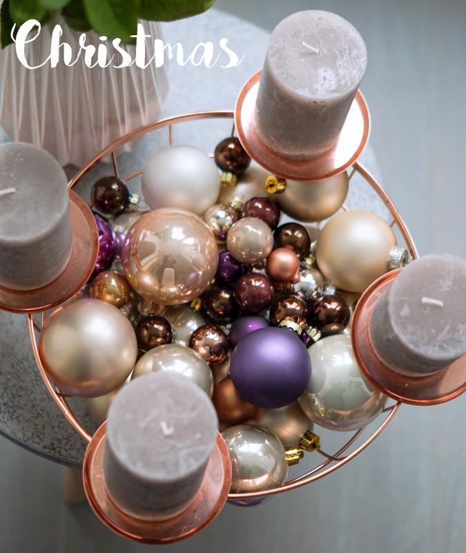 Adventskranz mit Weihnachtsbaumkugeln