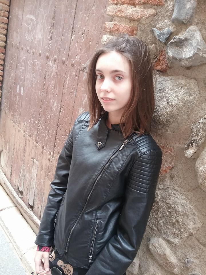 chaqueta estilo motero, chaqueta piel negra, chaqueta de polipiel, cazadora con cremalleras, cazadora con refuerzos en hombros y codos, zara