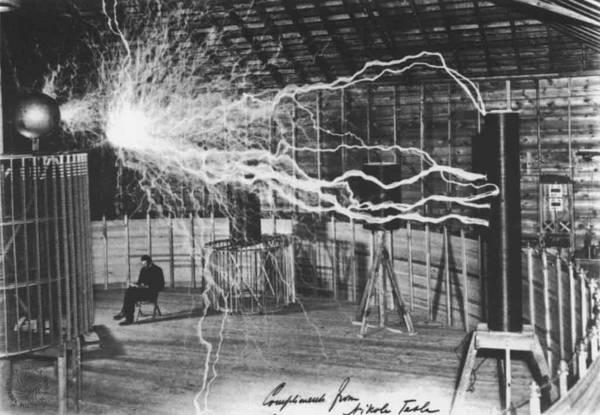 Tesla cerca de su transmisor en Colorado Springs. El dispositivo era capaz de transmitir millones de voltios de electricidad a grandes distancias sin necesidad de cables. La imagen fue tomada en 1899.