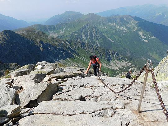 Wiele metrów łańcucha na skalnych płytach.