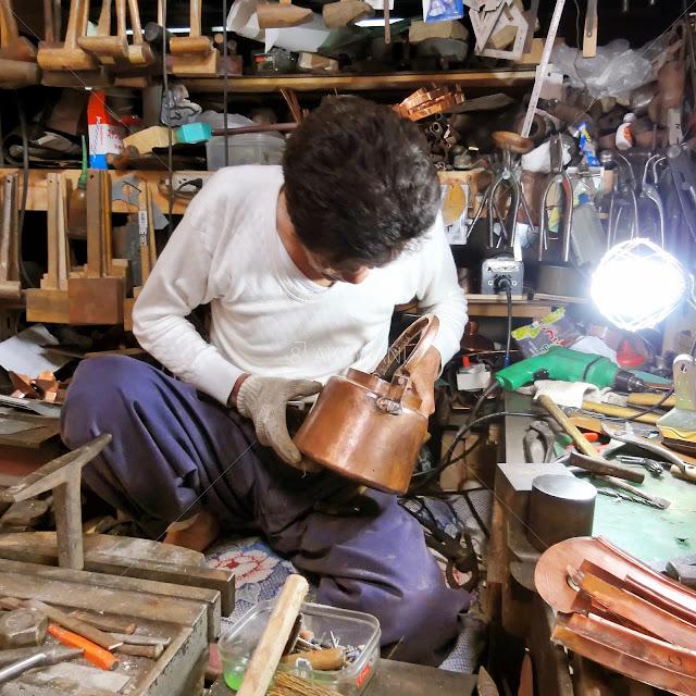 銅の薬缶を修理するブリキ職人 修理箇所を見極める