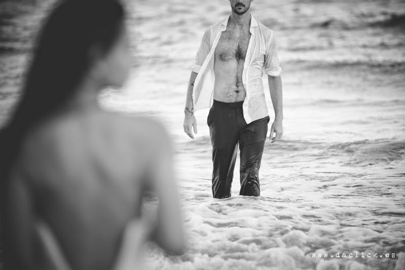 el novio juega a seducir a su novia desde el agua y empieza a quitarse la ropa