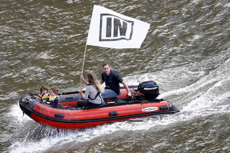 Jo Cox e a família numa campanha de barco pela permanência na UE