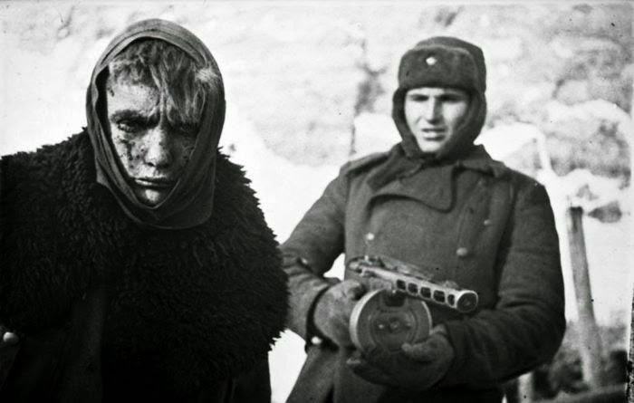 Soldado soviético que lleva preso alemán, Stalingrado, 1943