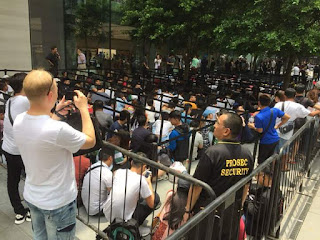 The queue for the new iPhone in Singapore. 😮😮