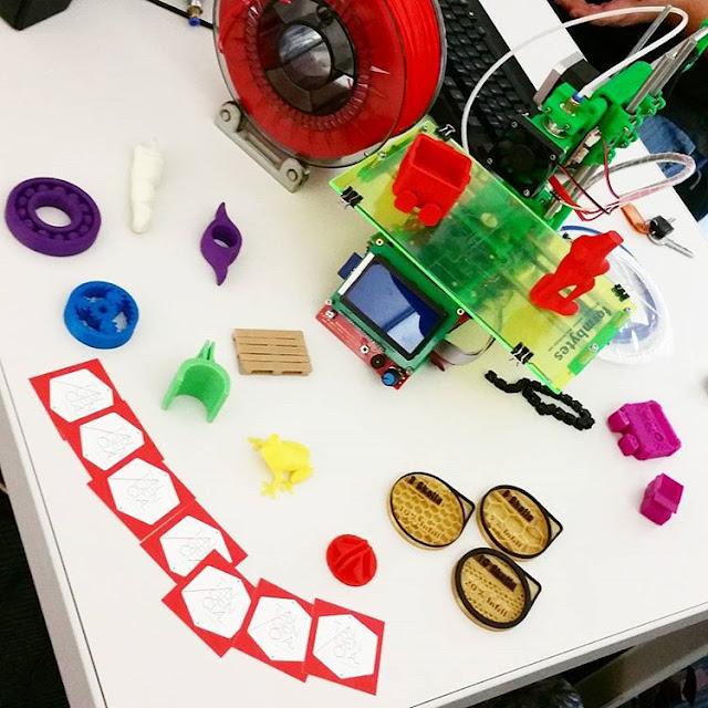 Maker no es sólo la definición de una persona, maker es una filosofía de vida en si misma, es una manera de hacer las cosas y ver el mundo, maker es una cultura: Un modelo orientado a actividades de fabricación tecnológica, robótica, impresión 3-D, ...etc