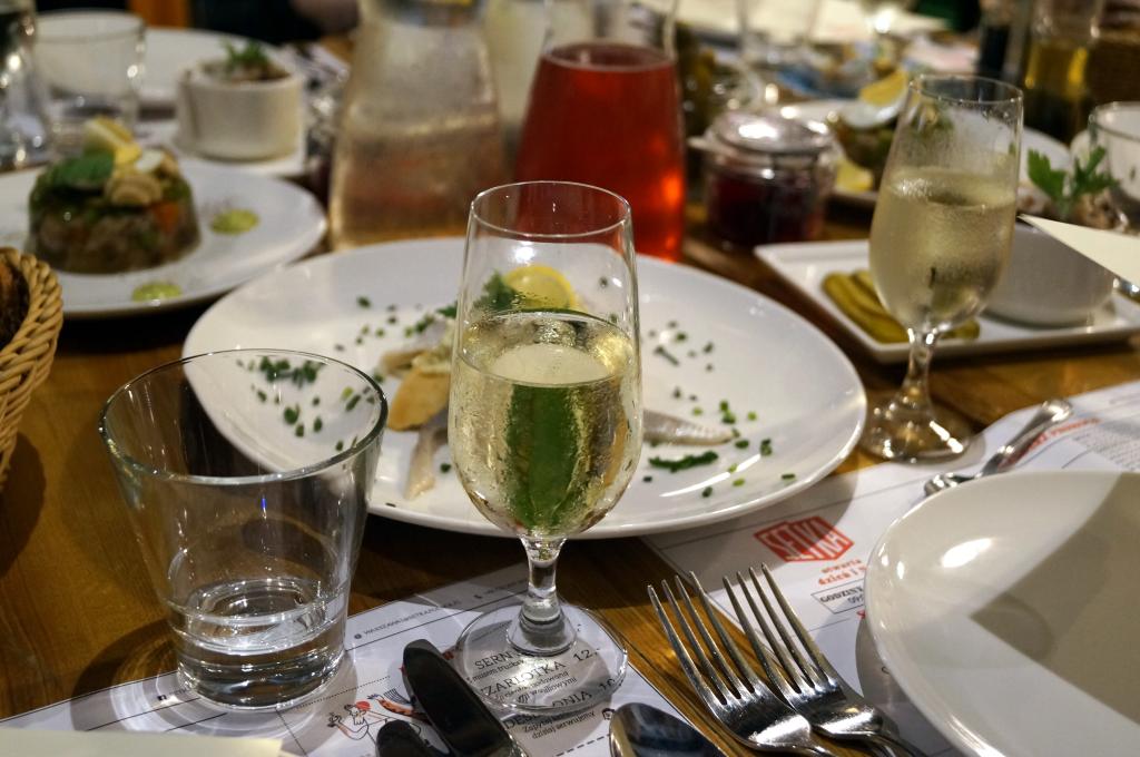 talerze-i-kieiszki-na stole