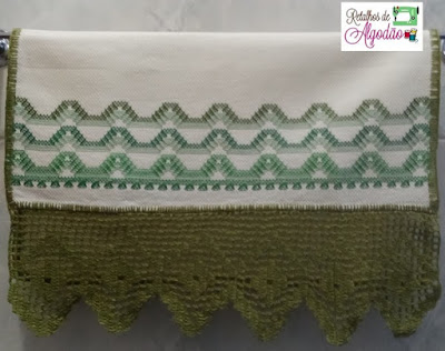 Toalha de lavabo bordada em vagonite com barra de crochê
