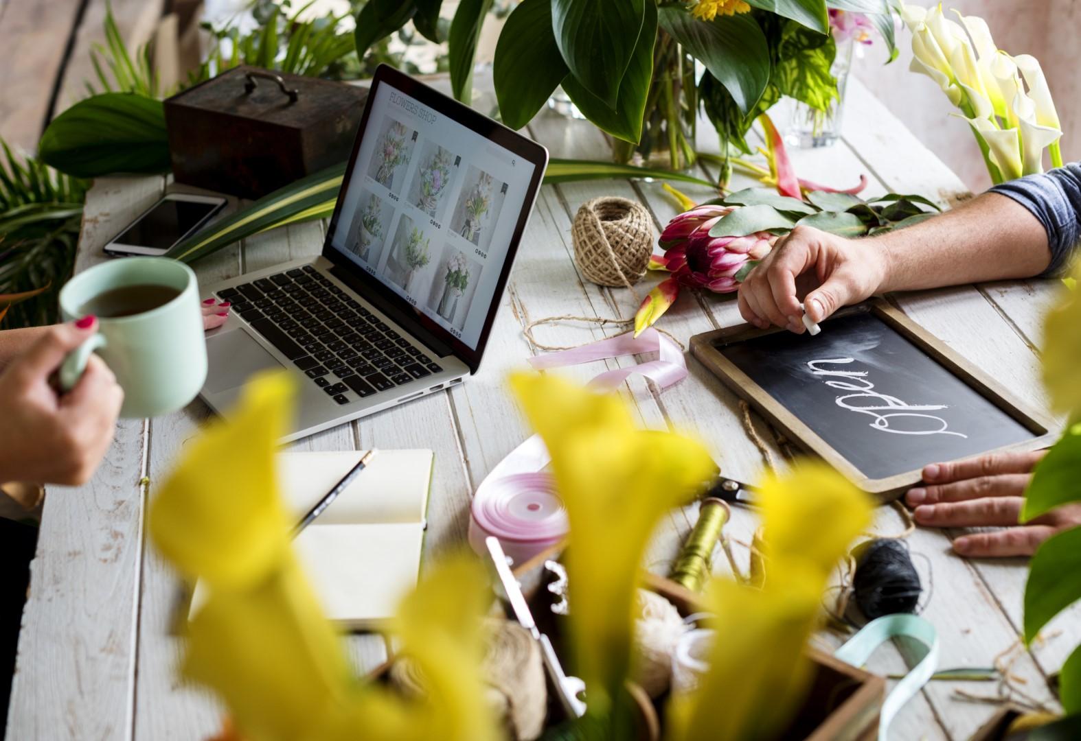 E-business adalah kegiatan bisnis yang dilakukan secara otomatis dengan memanfaatkan teknologi elektronik seperti komputer dan internet.