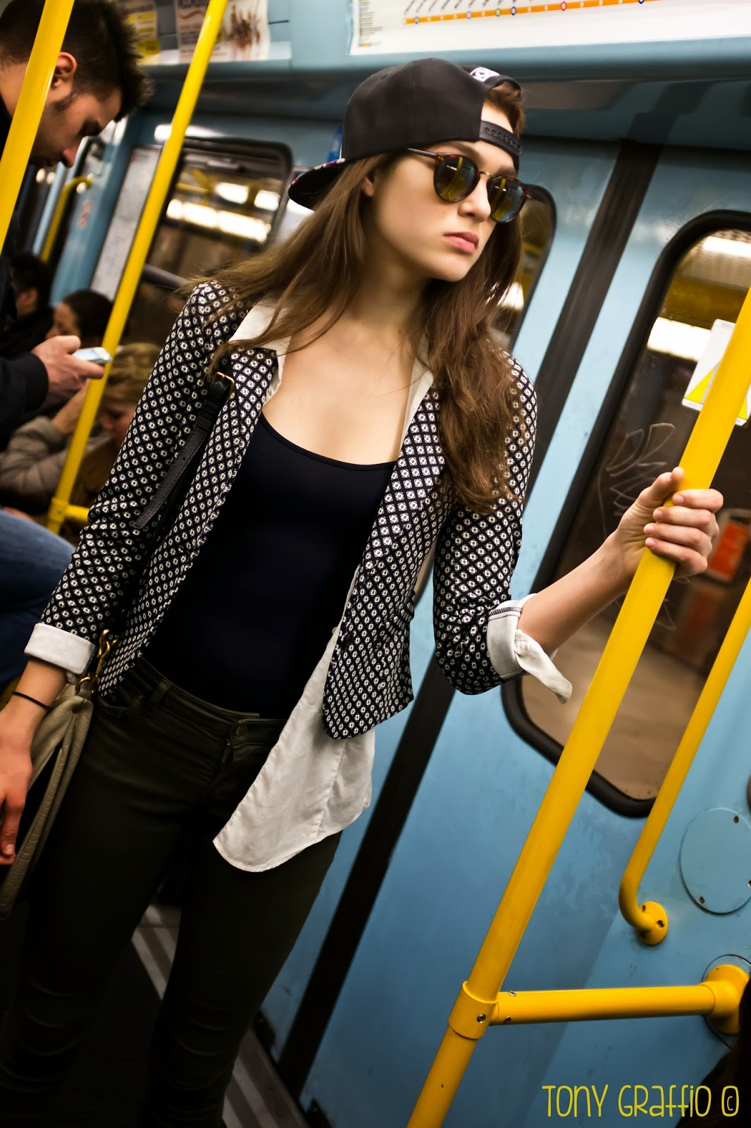 Bella ragazza sulla metropolitana milanese (Poche tette)