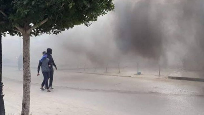 """تونس تشتعل بعد وفاة """"بوعزيزي"""" جديد.. اشتباكات عنيفة مع محتجين والشرطة ترد بـ""""القنابل"""""""