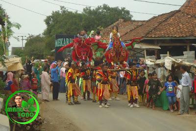FOTO : Arak arakan keliling kampung dengan diiringi singa dangdut sambil berjoget
