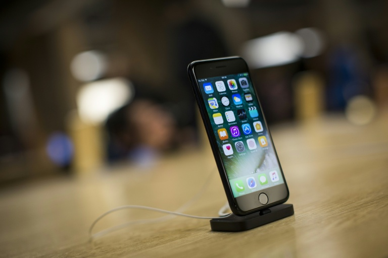 The iphone 7 - 10 years after the release of the first iPhone, Apple is under pressure to come up with a new wonder.