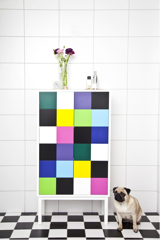 Scandinavian bathroom with white tiles and colorful accessories. Photo by Linda Romppla #bathroom