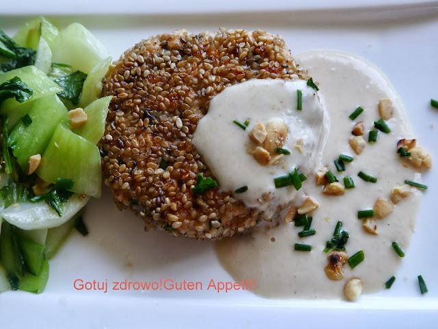 Kotlety rybne z łososia w panierce z sezamu, z sosem z orzeszków ziemnych i kapustą pok-choi - Czytaj więcej »