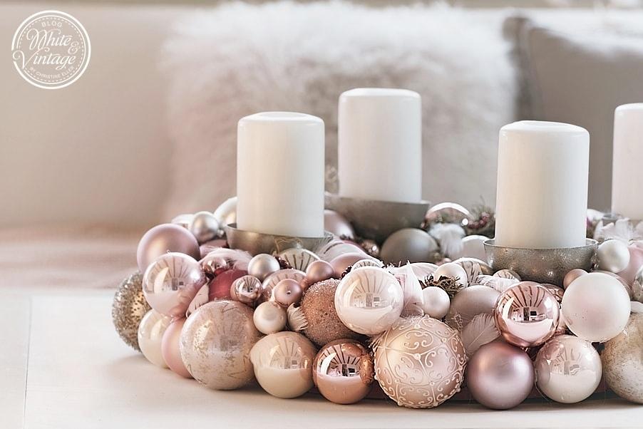 Adventskranz aus Weihnachtskugeln selber machen.