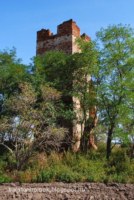 Elhagyott hetyei templom téglaépítésű tornya