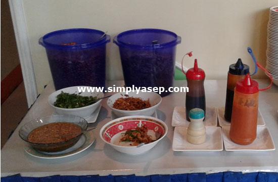 AYAM : Kelengkapan sarapan pagi Bubur Ayam di Hotel Sentosa Singkawang yang memang tidak menyediakan suir suiran ayam selaom seledri, ikan teri, kacang goreng , kerupuk dan minyak sayur. Foto Asep Haryono