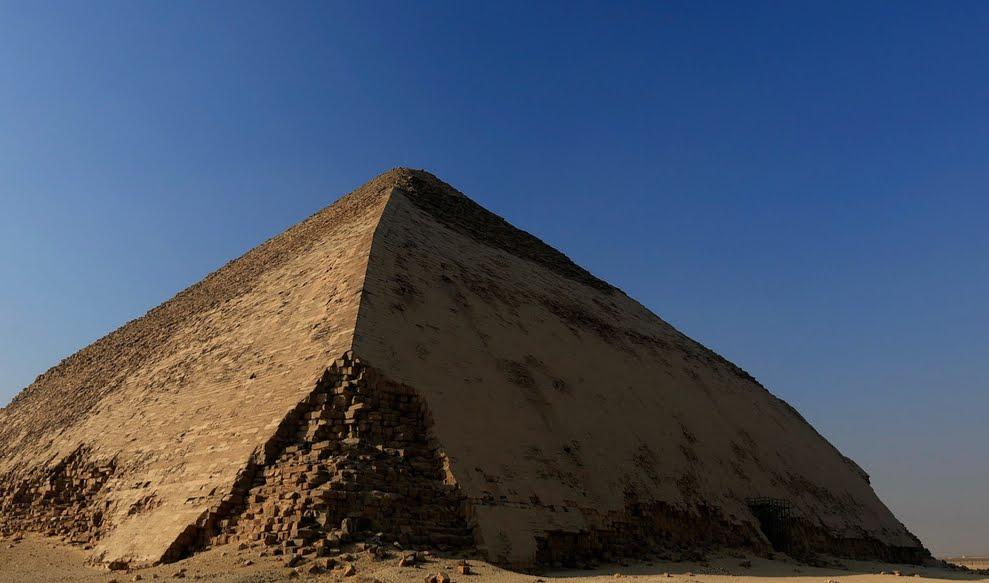 L'interno della Grande Piramide di Giza piena di energia elettromagnetica.