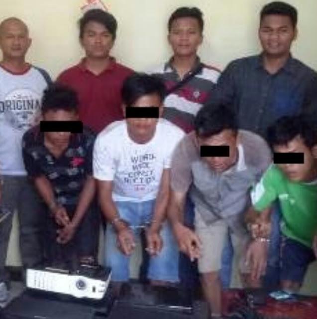 Para tersangka saat di kantor polisi.