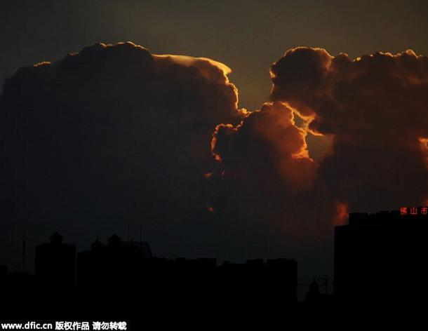 lenti3 - OVNI o nube con forma de ovni causa espectación en una ciudad al sur de China