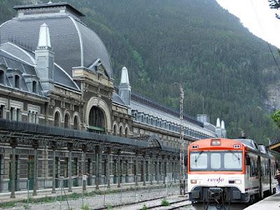 Canfranc , Renfe , tren , Pirineos , Huesca , Aragón , paso a Francia