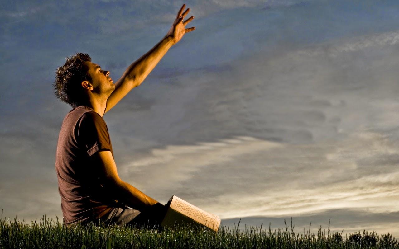 Fazendo oração ao ar livre