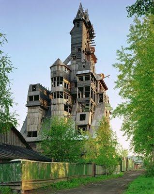 Reconstrucción de casa de madera muy alta.