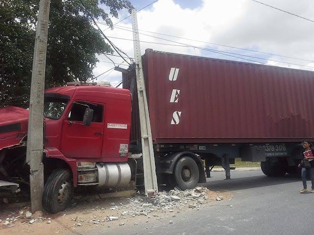 Motorista 'esquece' freio e carreta desgovernada invade Fórum em Campina Grande
