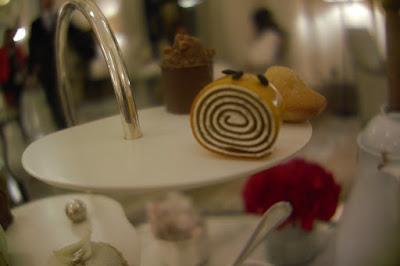 Chariot de pâtisserie tea time le goûter d'Angelo Musa hôtel Plaza Athénée Paris.