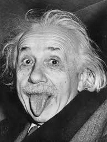 bf44ca8eb3fea كان أينشتاين يحضر أحد حفلات التكريم الكبرى وبعد ما خرج منها استقل سيارة مع  اثنين من أصدقائه وظل المصوريون يلتقطون له العديد من الصور، فصرخ بهم وقال  هذا يكفى ...