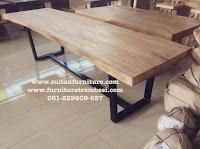 Photo meja makan solid kaki besi bahan kayu utuh trembesi tanpa sambung mebel suar Jepara kota