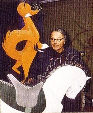Адриан Пабианс у фигуры лисицы на лошади из витрины «Цирк»