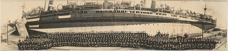 Photo panoramique de J. C. Crosby montrant l'équipage de l'U.S.S. Mount Vernon en octobre 1918