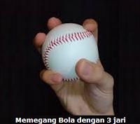 Memegang bola softball dengan tiga jari