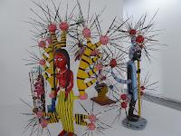 Fondation Lambert, musée d'art contemporain d'Avignon John Goba (Sierra Leone) sculpture de bois avec des épines de porc épic collection Agnès B.