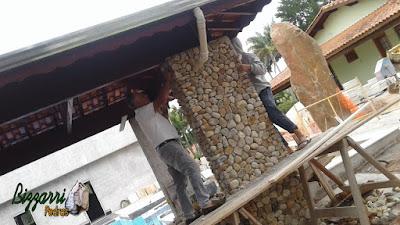 Bizzarri visitando um obra onde estamos fazendo o revestimento com pedra do rio nos pilares da churrasqueira na piscina em residência em Itatiba-SP, sendo esse revestimento com pedra do rio na cor bege mesclado no tamanho número 4. 15 de dezembro de 2016.
