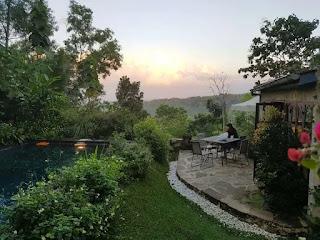 * sumber: blog.travelio.com  Berbeda dengan yang sebelumnya, Villa Sunset Yogyakarta lebih memilih konsep kamar ala Prancis bergaya Vintage modern. Villa ini terletak di pinggiran kota Jogja tepatnya di Sambikerep, Bangunjiwo, Kasihan, Bantul, Jogja yang tak jauh dari pusat kota.  Sesuai dengan namanya, jika kamu menginap di tempat ini, kamu bisa dimanjakan dengan pemandangan sunset yang indah di ufuk barat, lho.
