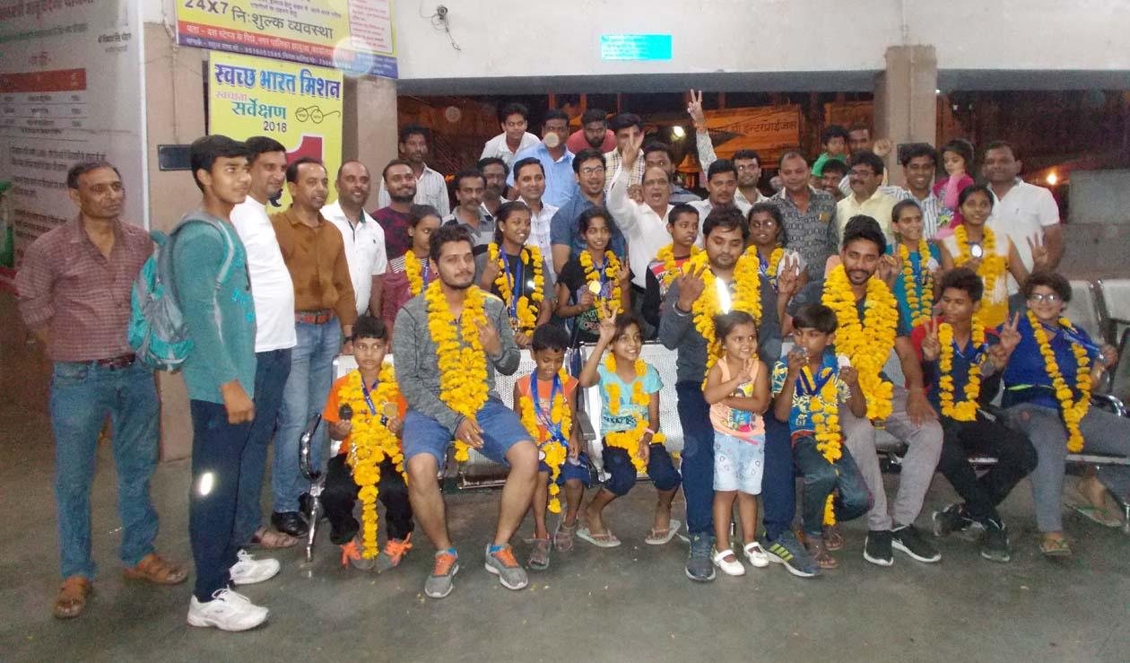 आॅल इंडिया कराते चेंपियनशीप में जिले के 16 खिलाड़ियों ने प्राप्त किए 20 गोल्ड, सिल्वर एवं ब्रांज मेडल-All-India-Karti-championship-16-gold-medal-winners-from-jhabua-districts