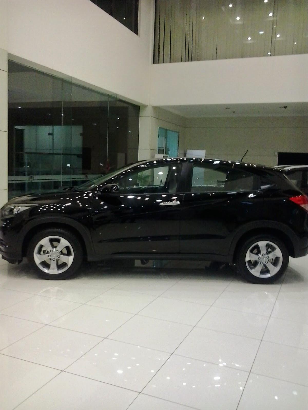 Honda HRV Warna Crystal Black Pearl Terpajang di shwroom mobil honda