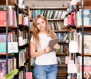 Búsqueda de información, joven en biblioteca