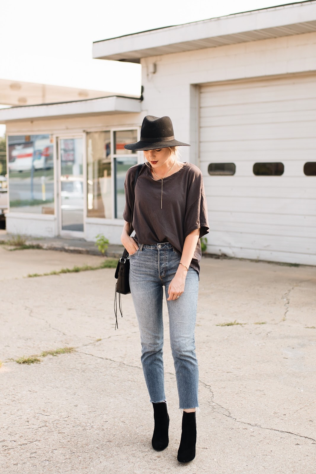 relaxed & casual fall look | oversize tee, cropped mom jeans, ankle boots