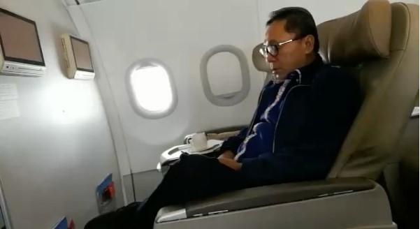 Ketika Ketua MPR Tertangkap Kamera Hape Sedang Mengaji di Pesawat
